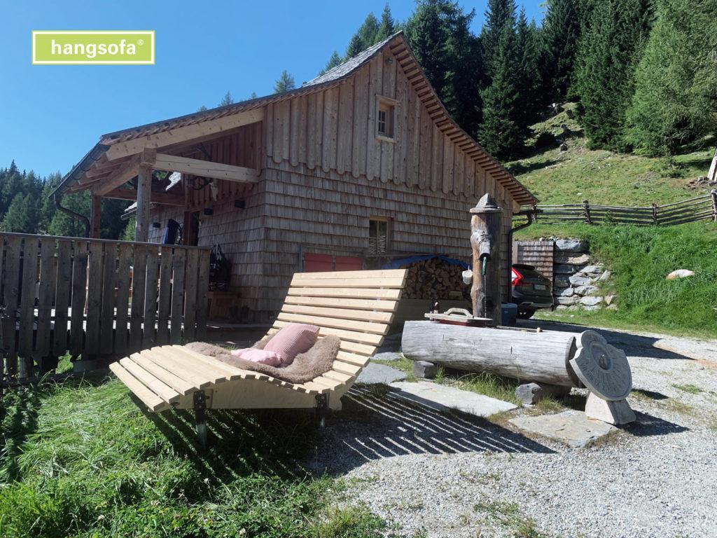 Seniorenbank vor einer Berghütte