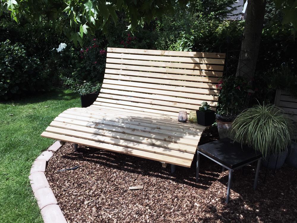 Bank für Senioren im angelegten Garten