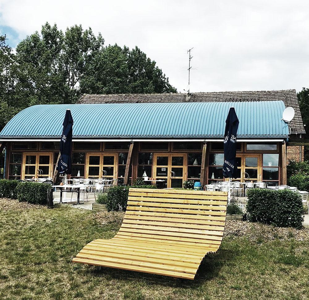 Seniorenbank geölt vor einem Restaurant