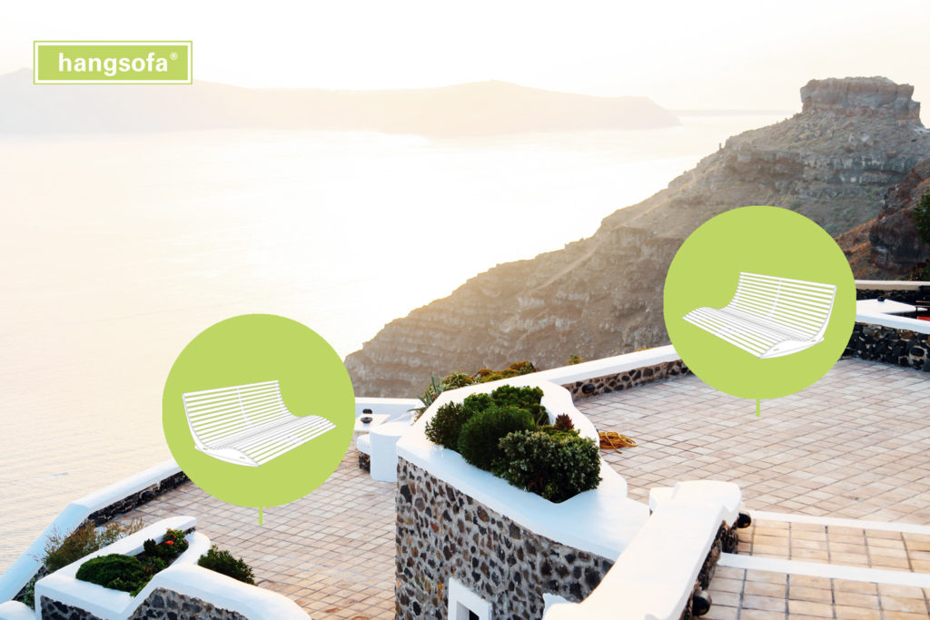 Zwei Hotelliegen im Freien mit schöner Landschaft