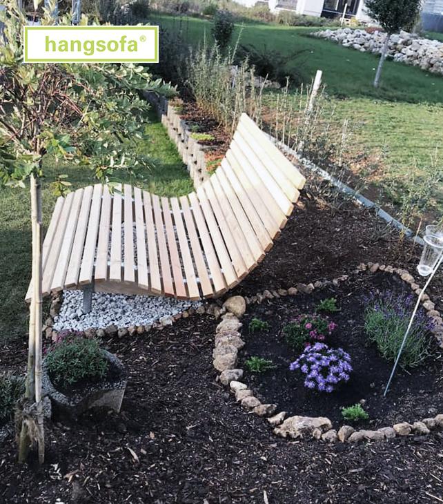 Gartenliege im angelegten Garten