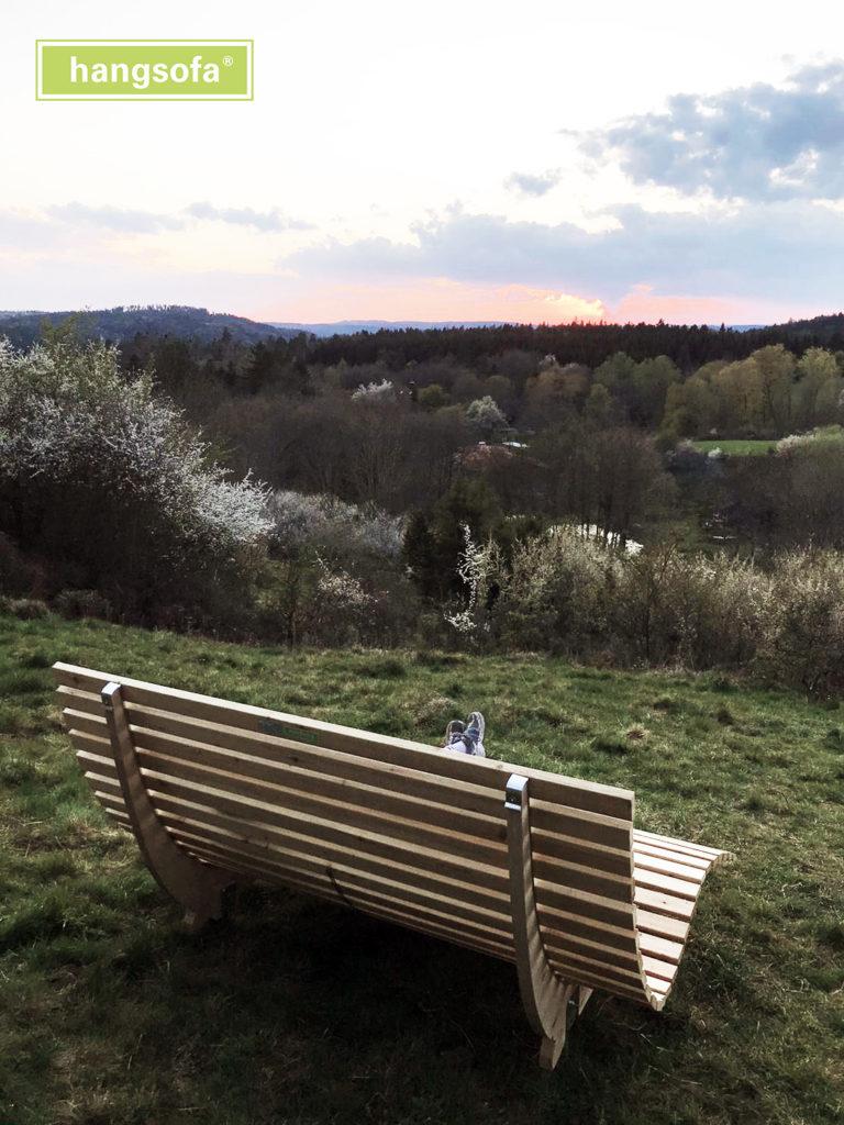 Gartenmöbel mit Blick auf Horizont