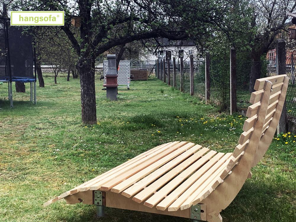 Relaxliege im Obstgarten mit Schraubfundamenten