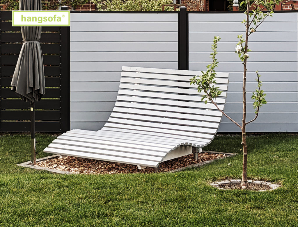 Geschwungene Relaxliege in Grau im Garten