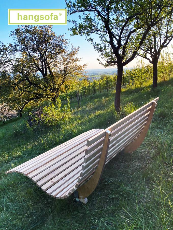 Relaxliege in der Wiese und Sonne am Horizont