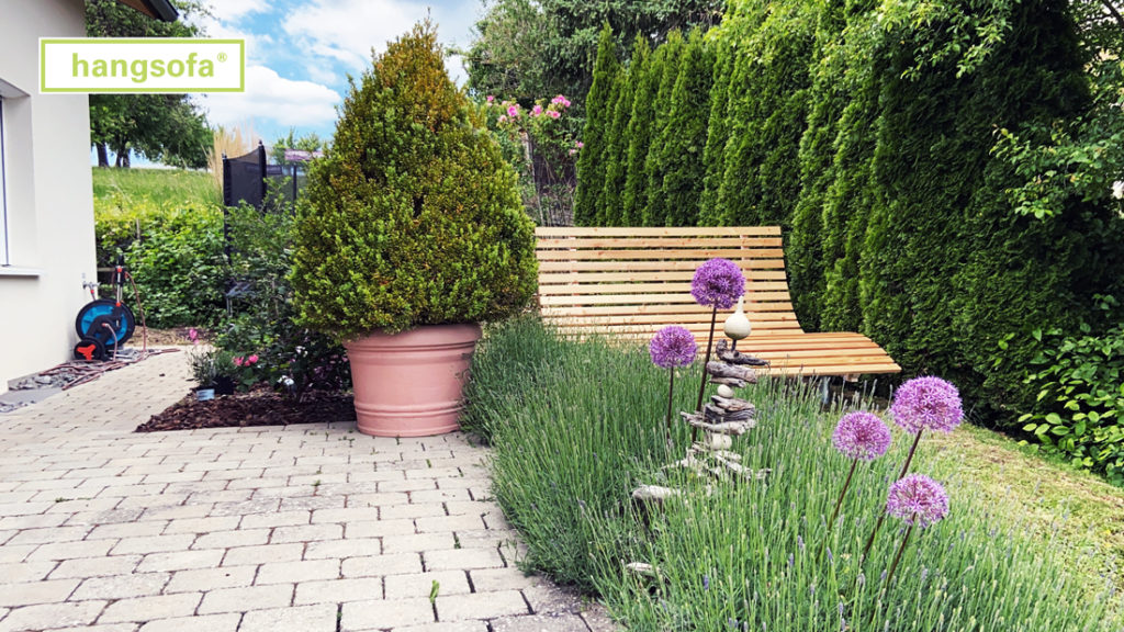Schwungliege im schönen Hausgarten