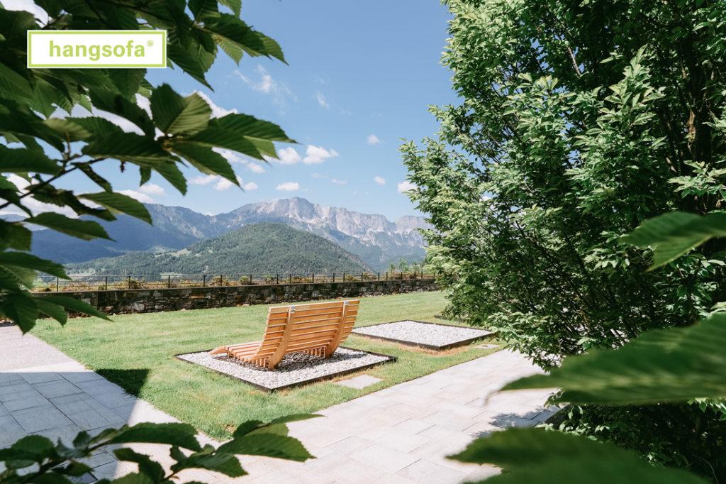 Große Gartenliege mit Blick auf die Berge