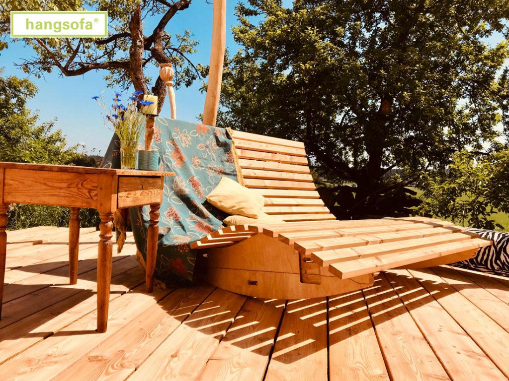 Schaukelbank auf hölzerner Terrasse