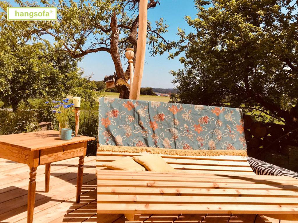 Gemuetliche Wippliege mit großer Decke in der grünen Natur