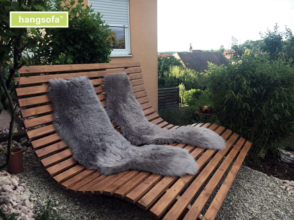 Relaxliege mit Kuscheldecke im Garten