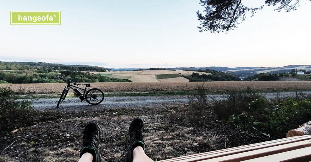 Ruhebank bei Fahrradwanderweg